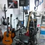 Stanowisko z gitarami.
